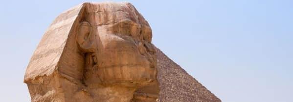 Will Smith visite le Sphinx et les Pyramides en Égypte.