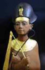 Toutankhamon est le fils du pharaonAkhenaton.