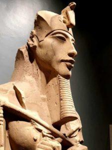 La tombe contenait une grande quantité de matériel funéraire royal appartenant à la XVIIIedynastie.